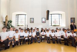 St Saviours school choir sing for the queen